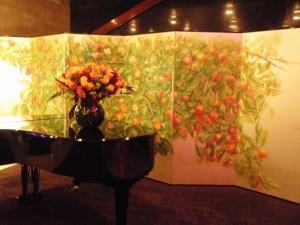 今風の日本画の美しい屏風が置かれていた。