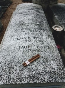 創始者Dr.Tesieerの墓に好物のシガーを添えて。